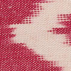 Cojín rojo de algodón. Técnica Ikat. Detalle del tejido. Red cotton cushion. Ikat tecnique. Textile detail.
