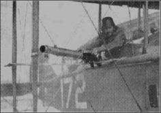 Uma Lewis com jaqueta, fixada para atirar obliquamente e permitir acesso ao carregador.