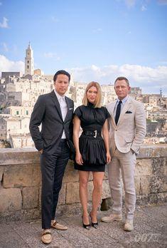 Daniel Craig returns as James Bond in new photos for No Time to Die featuring Léa Seydoux, Cary Joji Fukunaga, and Craig in a bizarre suit. Daniel Craig James Bond, Daniel Craig Suit, James Bond 25, James Bond Movies, James Bond Suit, James Bond Style, Estilo James Bond, Z Cam, Ralph Fiennes