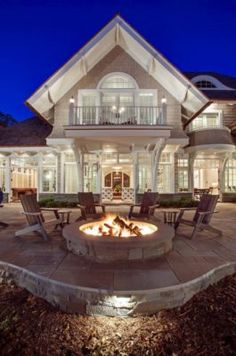 Breathtaking shingle-style residence on Lake Minnetonka A shingle-style residence designed by Swan Architecture and built by John Kraemer & Sons is located in Carman Bay, a community of Lake Minnetonka, Minnesota Style At Home, Decoration Facade, Future House, Haus Am See, Coastal Homes, House Goals, Home Fashion, My Dream Home, Exterior Design