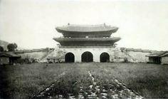 Gwanghwa-mun seen from inside the palace courtyard 경복궁(景福宮)의 어제와 오늘