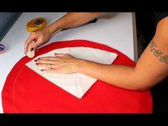 Très pratique ce joli sac à tarte en tissu, vous permet de transporter vos plats lors d'un pique-nique par exemple. Le petit plus : ce sac garde à températur... Diy Accessoires, Pli, Sewing Techniques, Stella Mccartney, Youtube, Sewing Projects, Kids Outfits, Children, Cowls