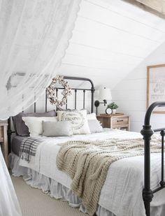 chambre adulte sous pente, lit métallique, linge de lit blanc et gris, lambris blanc, couronne en tissu, rideau blanc, deco campagne chic