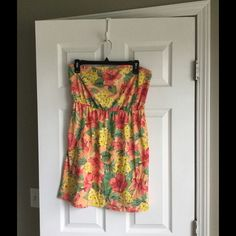 Mossimo Supply Co. Strapless floral print dress Mossimo supply co tropical floral print dress in a large. I wore just a few times and actually used as a swim coverup. 60% cotton 40% polyester Mossimo Supply Co Dresses Strapless