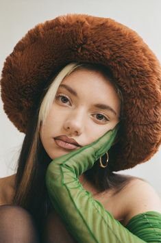 's wildly fabulous faux fur accessories have found her fans in and 🔥👑⚡⠀ ⠀ Swipe up to… Film Photography, Editorial Photography, Artistic Fashion Photography, Mode Editorials, Photoshoot Concept, Foto Casual, Poses References, Studio Shoot, Pretty People