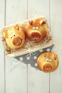 Silvester 〖Glücksschweinchen〗I am gonna bake them for new years breakfast! Silvester Snacks, Diy Silvester, Fall Desserts, Christmas Desserts, Bread Shaping, Pumpkin Spice Cupcakes, Food Humor, Cooking With Kids, New Years Eve Party