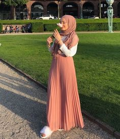 goddesses The Gifts that Keeps On bouncing Early morning BooBers be a bouncing Muslim Fashion, Modest Fashion, Skirt Fashion, Hijab Fashion, Hijab Chic, Casual Hijab Outfit, Mode Outfits, Skirt Outfits, Mode Simple