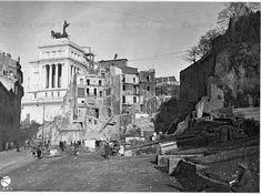 Demolizione delle case a Via Tor de' Specchi, ora Via del Teatro di Marcello. Sullo sfondo il Vittoriano Anno: 19.12.1929