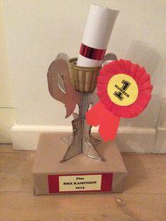 Sint surprise prijsbeker voor de kampioen. Gemaakt van karton, pudding verpakking en schoenendoos.