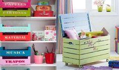 un baúl de juguetes y cajas de madera de colores