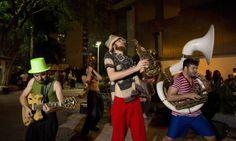 Banda Bagunço toca em frente ao Shopping Tijuca Foto: Ana Branco / Agência O Globo