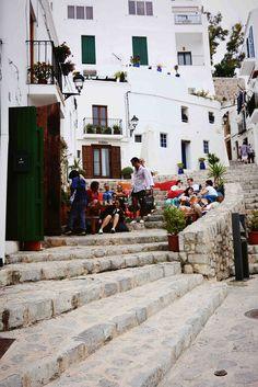 vor ziemlich genau vor einem Jahr war ich zum ersten Mal in meinem Leben auf Ibiza - und habe keinen einzigen Club von innen gesehen. Was ihr auf Ibiza unbedingt sehen solltet und worauf ihr besser verzichten könnt, erfahrt ihr hier.