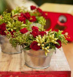 Com pequenos arranjos de flores, os baldinhos galvanizados se transformam em vasos muito fofos. Tem na Elabiz: www.elabiz.com.br