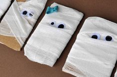 Mummy Halloween Cards - quick, easy for kids, and produce lovely results.