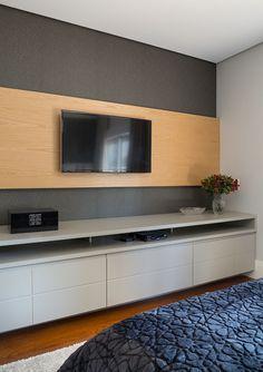Decoração de apartamento moderno e atual. No quarto, revestimento cinza, painel de madeira, rack cinza, vaso de vidro com flor. #decoracao #decor #details #casadevalentina
