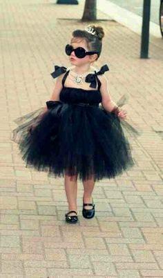 黒のチュールドレスにアクセサリーをつけて、今年のハロウィンは上品なオードリーヘップバーンスタイルで!