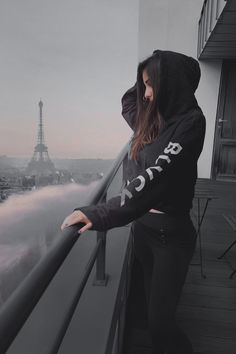 Comment your mood with 1 emoji. Teenage Girl Photography, Black Photography, Girl Photography Poses, Girls Dp Stylish, Stylish Girl Images, Girl Photo Poses, Girl Photos, Ps Wallpaper, Girl Hiding Face
