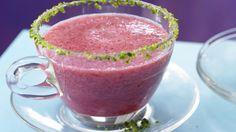 Gefrorene Johannisbeeren und Eiswürfel machen die Erfrischung perfekt: Johannisbeer-Eistee mit Cranberrysirup | http://eatsmarter.de/rezepte/johannisbeer-eistee