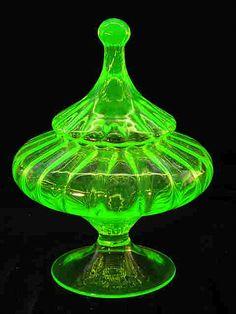 Vaseline and Uranium Glass Fenton Glass, Glass Ceramic, Cut Glass, Glass Art, Glass Bottles, Perfume Bottles, Antique Glassware, Vaseline Glass, Art Nouveau