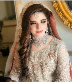 Sarah Pakistani Bridal Hairstyles, Pakistani Bridal Makeup, Indian Wedding Makeup, Bridal Mehndi Dresses, Bridal Dress Design, Pakistani Wedding Dresses, Bridal Outfits, Bride Hairstyles, Engagement Hairstyles