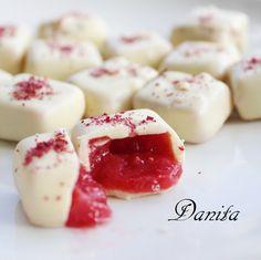 Cioccolattini ripieni alla fragola Italian Desserts, Mini Desserts, Delicious Desserts, Yummy Food, Sweet Recipes, Cake Recipes, Dessert Recipes, Romanian Food, I Love Chocolate