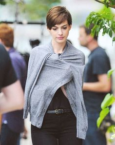 What Fans Should Know About Anne Hathaway - Celebrities Female Pixie Hairstyles, Pixie Haircut, Haircuts, Anne Hathaway Pixie, Paige Hathaway, Anne Jacqueline Hathaway, Short Hair Cuts, Short Hair Styles, Pelo Color Azul
