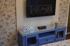 Ateliando - Customização de móveis antigos: Rack de TV modelo Provençal  Em madeira maciça, com pratelieras e gaveta, tampo de vidro para melhor manutenção e BINGO...pronto para uso!