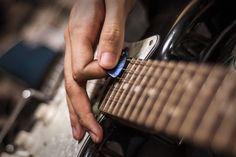 Pick Slide Scrape merupakan sebuah teknik gitar yang sangat populer dan sangat tidak asing lagi bagi sebagian master gitaris terutama sering dimainkan oleh  gitaris rock, heavy metal atau punk.