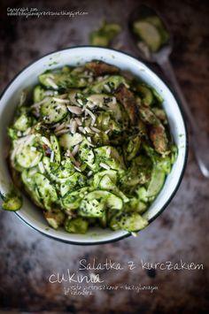 Kulinarne podróże: Zielona sałatka z kurczakiem, cukinią, migdałami i pesto pietruszkowo - bazyliowym.
