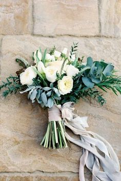 зеленые свадебные букеты с лентой