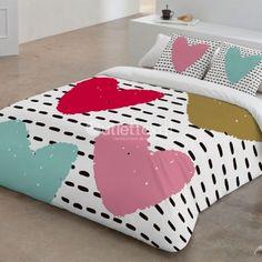 Funda Nórdica 9006 Zebra Textil. Grandes corazones en rosa, verde, turquesa y fucsia sobre fondo blanco con rayas discontínuas en negro decoran esta bonita y divertida funda nórdica de estampado digital.
