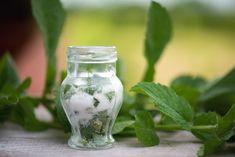 Food Hacks, Diy Beauty, Pickles, Mason Jars, Cucumber, Cooking Recipes, Herbs, Glass Vase, Women's Fashion