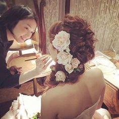 大小さまざまな生花をたくさんつけて♡かわいいキュートな花嫁さんにおすすめです。アップにせず、こんなふうにサイドに流すスタイルも新鮮でいいですね。