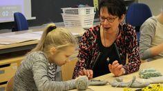 La profesora Riita Houvila en clase de manualidades en Norssi, la escuela normal de la Universidad de Jyvaskyla. TODOS LOS ALUMNOS TIENEN TALENTO