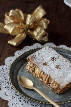 La Navidad nos está pisando los talones, los hogares ya están decorados, los comercios preparados, el jingle bells sonando sin parar, y todo apunta a que la Navidad entra para quedarse durante unos cuantos días. Hoy os traemos un postre facilísimo para quedar como unos reyes en las celebraciones navideñas, y acabar una comida o una cena por la puerta grande. Hace unos día os explicábamos cómo hacer turrón de Jijona, en esta ocasión os proponemos una receta en la que lo utilizaremos, estas… Mini Desserts, Easy Desserts, Delicious Desserts, Yummy Food, Strudel, Puff Pastry Recipes, Cookie Recipes, Hispanic Desserts, Low Carb Grocery