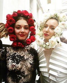 En el #backstage modelos disfrutando de los #Tocados tipo máscara para #novia. #Rosas de #jardín naturales para el desfile de #Costura #España #2016 #Delaciervaynicolas