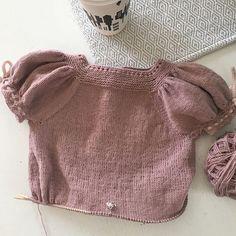 En liten progresjon... Dagen har ikke bestått av strikking gleder meg til å gå løs på denne til kvelden #mydesign #becharmedavjmhk #becharmed_strikk #knitting #knitting_inspiration #knittinglove #knittingismyyoga #knittingforolivemerino #madickentopp #nyttdesign