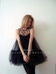 Купить или заказать Маленькое чёрное платье в интернет-магазине на Ярмарке Мастеров. Воздушное, ярусное (2 яруса) платье из чёрного мягкого фатина. Кокетка выполнена из чёрного фатина в крупный бархатный горошек. Подклад: шёлковая смесь. По спинке - вырез 'капелька', застёгивается на пуговку. Силуэт 'baby doll'. Длина (на фото) 80 см. Возможна коррекция длины по Вашему желанию. Можно носить с пояском и без него. Чёрный поясок идёт в комплект. Рост модели на фото 165 см.