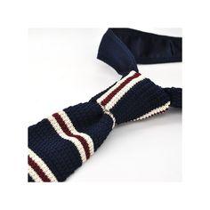 Cravate fine en tricot et à bout carré. Elle est bleue nuit à rayures. Vous serez très élégant.