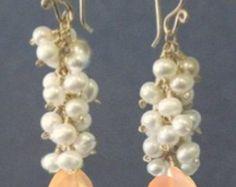 Martillado aro pendientes Marfil perlas por CalicoJunoJewelry