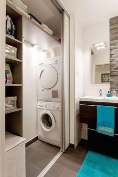 regardsetmaisons: Comment installer un lave linge dans une petite salle de bain avec un petit budget Laundry Bathroom Combo, Small Bathroom Cabinets, Laundry Cupboard, Laundry Room Cabinets, Laundry Closet, Small Laundry Rooms, Laundry Room Organization, Laundry Room Design, Bathroom Storage