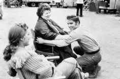 "Debra Paget, and Elvis with his mother Gladys on set ""Love Me Tender"" (He had a totally different smile when she was alive) Elvis Presley Images, Elvis Presley Movies, Hollywood Actresses, In Hollywood, Elvis Love Me Tender, Neville Brand, Robert D, Chuck Berry, Graceland"