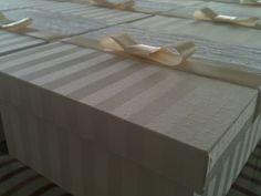 caixas em jacquard off white e renda fita cetim cor melão.