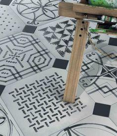 biało-grafitowe płytki cementowe,piękne hiszpańskie płytki cementowe na posadzkę do wnętrz,dywany z biało-grafitowych płytek,wzorzyste monochromatyczne płytki cementowe,monochromatyczne wzory na płytkach podłogowych,jak układać dywany chodniki z cementowych płytek,hispańskie płytki vives vovevil,maisno boheme vodevil płytki na podłogę