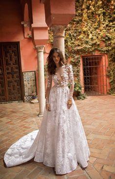 Qual o detalhe que mais gostas neste vestido? #casamentos #casamentospt #casamento #wedding #weddings #fashion #weddingdress #lovely #inspiração #inspiration #weddingday #amazing #noiva #bride #hot #whitedress