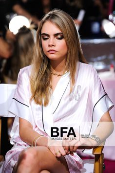 Serenely , Cara Delevingne ~ backstage at Victoria Secret`s 2013 Cara Delevingne, Victoria Secret Pink, Victoria Secret Fashion Show, Victoria's Secret, Look Fashion, Trendy Fashion, Fashion Ideas, Backstage, Burberry