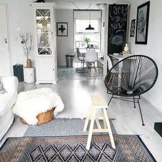 Wat n storm code geel vandaag. Wel een paaskleur dus. Bedankt voor het meedenken gisteren over de groene kast ga er nog eens over denken. En mijn #schoolbord kan va morgen ook weer anders. Strax n paasbrunch met mijn familie. Fijne dag! #interior#interiör#interiorstyling#interior4all#interiørmagasinet#nordic#scandinavian#vintage#eclectic#myhome#homes#easter#chalkboard#doorkijkje#interieur#homestyling#styledbyhouseproud#instahome#ssevejen#designsponge#interiør#livingroom#vardagsrum#hjem#hemma…