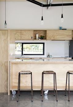 2ime idée d'armoires, moins hautes que les précédentes. On aime que les portes coulissantes, et la possibilité d'en laisser une ou deux ouvertes.