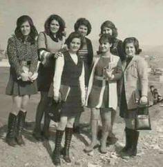 طالبات احدى كليات جامعة بغداد سنة 1975 انظر الجمال الطبيعي والاناقة مع البساطة. شنو الي تغير بين الماضي والحاضر! !! Iraqi People, Iraqi Army, Blood Art, Baghdad Iraq, Bagdad, Iranian Women, Islamic Girl, Historical Pictures, History Facts