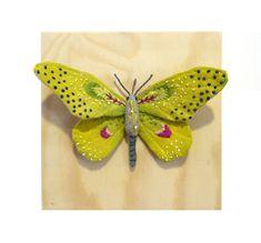 Ce petit papillon jaune est environ de 3 1/2 pouces de hauteur, 6 pouces de large et fabriqués à partir de tissu de coton. Leurs ailes et le corps sont peints à la main et brodées avec des détails à la main. Monté sur 6 « x 6 » naturel fini la boîte en bois avec crochet en métal à larrière